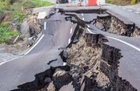 Warga di rumah sakit m. Gempa Hari Ini Berkekuatan 7 3 Sr Guncang Beberapa Wilayah Jawa