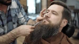 Barber Dělá Vousy účes S Dospělého Muže S Plnovousem V Kadeřnictví Pánské Zastřihování Vousů Kadeřnictví Na Pracovišti Vousů Zastřihovače V Holičství A Kadeřnictví