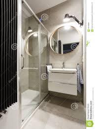 Modernes Badezimmer Mit Beige Fliesen Stockbild Bild Von Grau