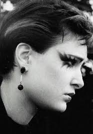 suventies siouxsie sioux photographed by ray she just great this makeup is awesome this could work for a transylvanian or maybe magenta