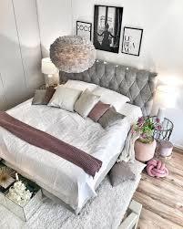 Stimmungsvolle schlafzimmerlampen für jeden geldbeutel in großer auswahl findest du auf moebel.de. Romantisch Eingerichtetes Schlafzimmer Mit Luxus Boxspringbett In Grau Lampe Mit Federn Kissen In Den Farbe Zimmer Schlafzimmer Schlafzimmer Lampe Romantisch