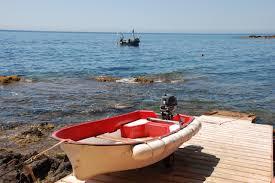 la barque qui fait la jonction avec le bateau sur son ponton de mise à l