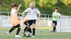 Fußball m (genitive fußballs or fußballes, plural fußbälle). Einfach Nur Fussball Spielen Dfb Deutscher Fussball Bund E V