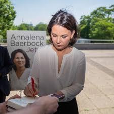 This is the first green candidate for chancellor. Plagiatsvorwurfen Gegen Baerbock Hat Sie Fur Ihr Buch Abgeschrieben Politik