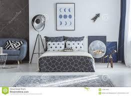 Geräumiges Blaues Schlafzimmer Mit Teleskop Stockbild Bild Von