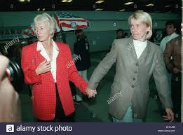Datei Foto ab 7. Juli 1998 Jana Novotna der Tschechischen Republik, Rechts,  und ihre Mutter libuse novotna nach ihrer Ankunft auf dem Flughafen in  Prag, tschechische Republik, 7. Juli 1998. tschechische Tennisspielerin
