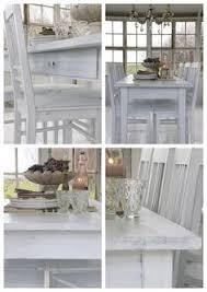 old white table with chairs in lovely light hvitt bord og stoler foran vinduer