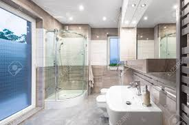 Neues Design Bad In Weiß Und Beige Mit Fenster Begehbarer Dusche