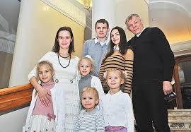 Даже маленькая семья это большая работа Волжская коммуна В честь Дня матери многодетным женщинам вручили подарки дипломы ордена и медали