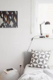 Schlafzimmer Einrichten Graues Bett Malerei Wohndesign