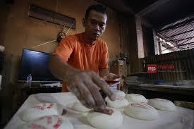 Kue keranjang seringkali disebut juga sebagai nian gao atau dalam dialek hokkian ti kwe. Jelang Imlek Kue Keranjang Nyonya Lauw Laris Manis Merahputih