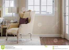 Poltroncina Per Camere Da Letto : Sedia classica su tappeto con il cuscino in camera da letto