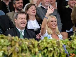 Mit einer hand hält sie die zügel, mit der anderen den kopf des pferdes eng umschlungen. 9000 Trachtler Ziehen Zur Wiesn Startseite Idowa