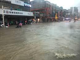 台北市 / 木下翠 林志純 報導 除了台北車站、,總統府、松山機場,這些紅色標示的大部分台北市區,到了2050年如果颱風來襲,就幾乎都可能淹在水裡,以全台灣來看,大約2120平方公里面積,泡在水中,差不多台南市這麼大,綠色和平專案主任張皪心:「2050年去避免災難性的這些衝擊的話,其實減. Akf Njearc3edm