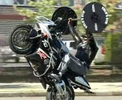 Man Bench Presses 135Pounds While Popping A Wheelie On His Bike Bench Press Wheelie