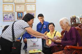 new year with mother the union of nha be garment joint stock pany nbc visited gave tet gifts and presented presents to vietnamese mother heroes