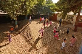 Una tiza, una piedra para cada jugador, un pedazo de patio tranquilo y un par de amigos. 7 Elementos Esenciales En Un Patio De Juegos Para El Desarrollo De Los Ninos Ladera Sur