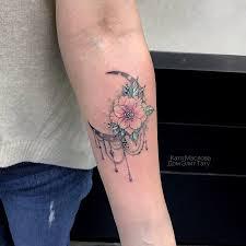 фото небольшой женской татуировки на руке в стиле графика дотворк