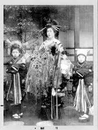 盛装の花魁と振袖新造 モノクロ写真でよみがえる花魁の世界 Naver
