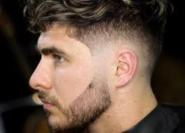 O barbeiro raspa as laterais e a parte de trás, enquanto a parte superior fica mais volumosa, ideal para modelar com pomada de um jeito moderno. Os 5 Melhores Cortes De Cabelo Masculino Para Adotar Em 2019