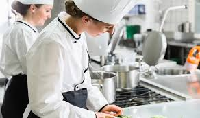 厨房で働く料理人の仕事内容とは?和食とフレンチの現場の役割についてを徹底紹介!|飲食特化型求人情報サイト【食べるんだ】