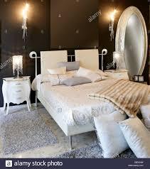 Moderne Silber Ovale Spiegel Weißen Bett Schlafzimmer Stockfoto