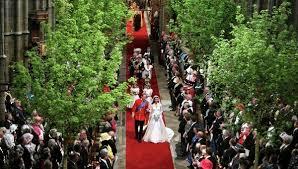 Странные традиции Англичан Традиции и обычаи Великобритании Британцы чтят свадебные обычаи и традиции Хоть во многом Российские и английские свадьбы схожи девичник мальчишник обручальные кольца и свадебный торт