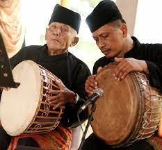 Inilah ketipung, gendang kecil yang menjadi bagian dari instrumen gamelan. Chairuddin Dahlan Maestro Gendang Melayu Dari Tanah Deli
