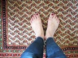 why do feet smell like vinegar plus