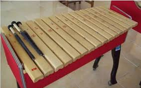 Alat yang digunakan untuk memproduksi suara menggunakan cara tertentu oleh seorang musisi ini dapat diklasifikasikan menjadi tiga jenis. Alat Musik Melodis Pengertian Fungsi Jenis Contoh Dan Gambar Dosenpintar Com