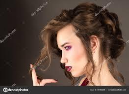 Krásná Mladá Dívka S Módní účes Kudrnaté Vlasy Stock Fotografie