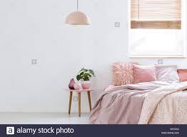 Gemütliche Feminine Schlafzimmer Mit Rosa Bett Dekorative Kissen