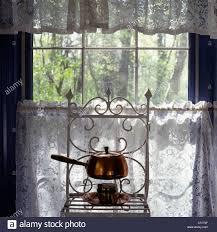 Altmodische Pfanne Auf Regal Vor Fenster Stockfoto Bild 37521583
