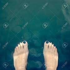 水の上の青の足で覆われて裸のペディキュア の写真素材画像素材 Image