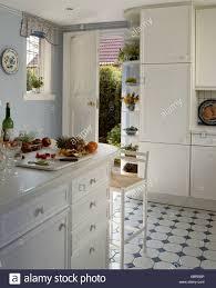 Traditionelle Weiße Küche Mit Weißem Schachbrettmuster Schwarz + Bodenbelag  Und Offene Tür Für Draußen