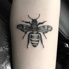 фото тату пчелы в стиле дотворк на предплечье девушки фото