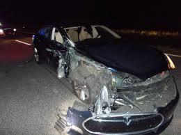 Tài xế Tesla tông trúng xe cảnh sát vì cho xe tự lái, mở điện thoại coi phim  - Hoa Kỳ - viendongdaily.com