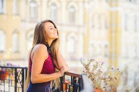 美容魅力の若い女性は興味を持って見ています髪は長い美しいヘア