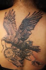 ворон и ловец снов татуировка на спине перекрытие старой