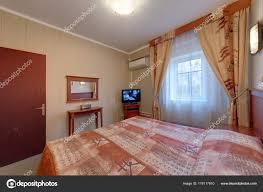 Das Schlafzimmer Mit Ein Großes Fenster Vorhänge Die Klimaanlage Das