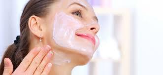 Peeling enzymatyczny w odróżnieniu do ziarnistych peelingów, nie jest aż tak drastyczny dla naszej skóry.