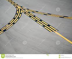 Контрольная линия взлётно посадочная дорожка желтая черная  Контрольная линия взлётно посадочная дорожка желтая черная