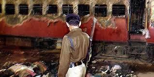 ప్రధాని నరేంద్ర మోడీ డాక్యుమెంటరీ కోసం ఓ పాత రైలును తగులబెట్టారు.