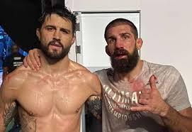 Боец UFC поправил сломанный нос во время поединка: Бокс и ...