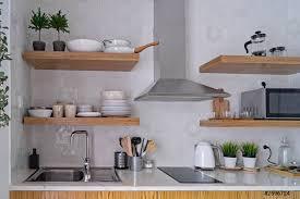 Cucina moderna interna con mattonelle bianche in stile scandinavo - foto  d'archivio