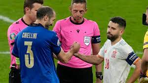 EM 2021 - Giorgio Chiellini flachst Jordi Alba weg: War hier schon das  Elfmeterschießen Italien vs. Spanien entschieden?