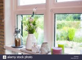 Home Dekoration Auf Der Fensterbank Mit Bunten Blumen Und Weiße Vase