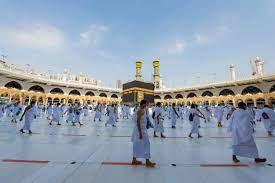 حجاج بيت الله يؤدون طواف الإفاضة بالمسجد الحرام