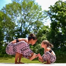 kimi anne kız yoga yapıyor kimi dünyayı dolaşıp muhteşem manzaralar önünde yoga fotoğrafları çekiyor hepsi binlerce takipçisi olan birer yoga fenomeni