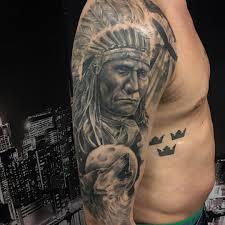 татуировка индейца с волком на плече парня фото рисунки эскизы